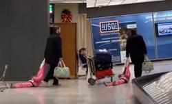 女童賴在地上不走 無奈爸「拉行李箱式」爆笑拖走
