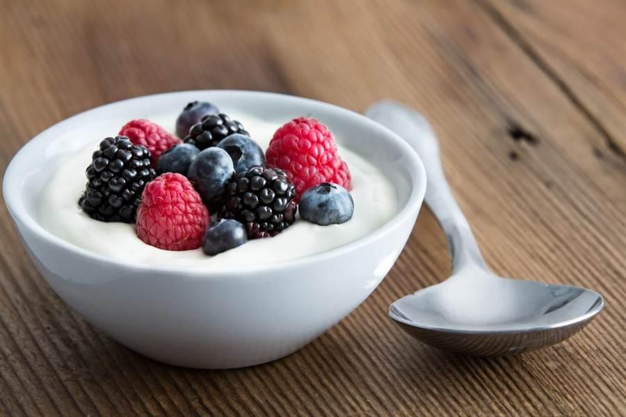 研究顯示,飯前飯後吃優格,可降飯後血糖,其中又以飯前吃效果最佳。(圖/達志影像)
