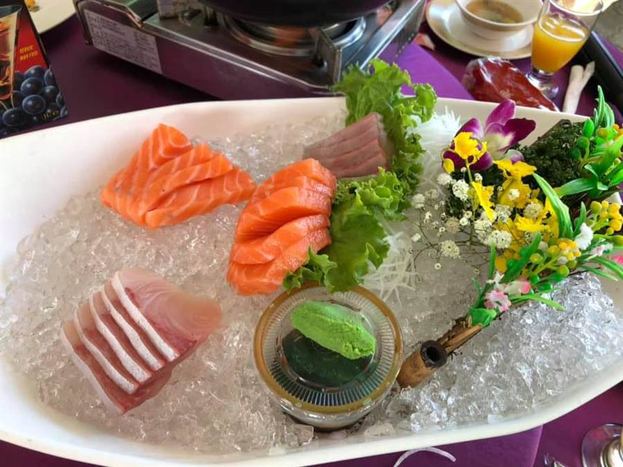 新人請來師傅在日式料理台上現切生魚片(圖翻攝自/爆廢公社)