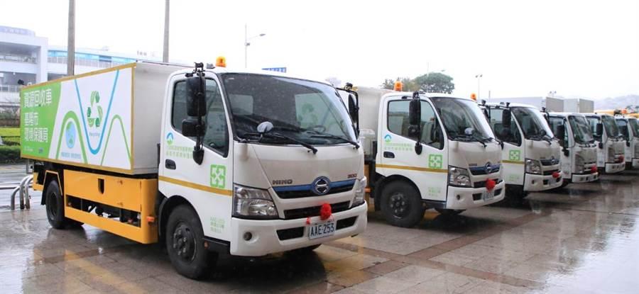 基隆市環保局為提高低碳垃圾清運、清掃道路及資源回收執行效率,向環保署爭取到汰舊換新經費,新購了低碳節能的環保清潔車。(張穎齊攝)