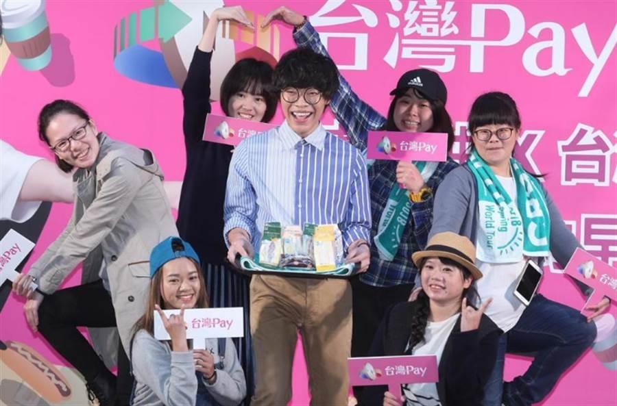 盧廣仲出席「台灣Pay」代言活動,將早餐親自送到歌迷手中。