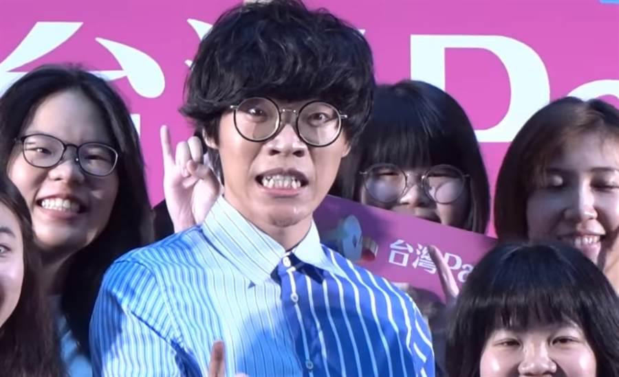 盧廣仲出席「台灣Pay」代言活動,擺出逗趣表情與歌迷合影。