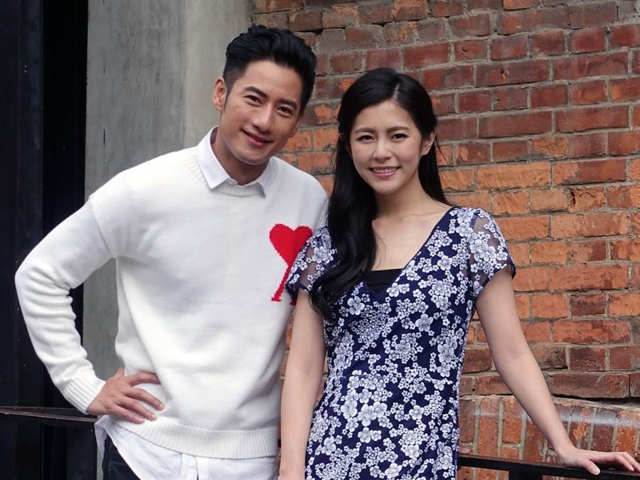 任容萱(右)跟周孝安在片中一起解開連環死亡之謎。(星泰娛樂提供)