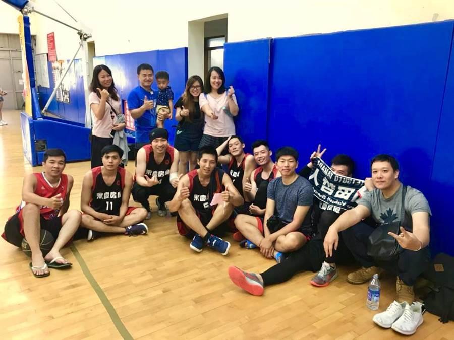 愛運動的董文旭參與公司籃球賽,除鍛鍊身體更認識更多工作好夥伴。(圖/永慶房屋 提供)