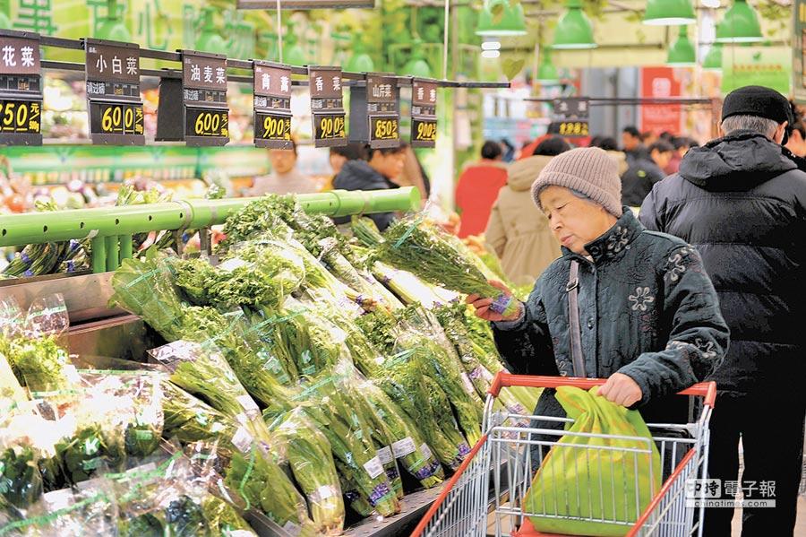 市民在青島寧夏路超市選購蔬菜。(新華社資料照片)