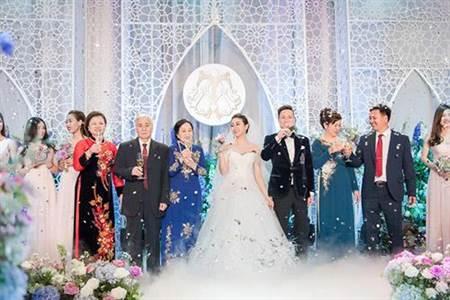 婚禮現場布置浪漫,兩人先後還在3個城市拍攝婚紗照,一共花費10億元越南盾(約新台幣132萬元)(圖翻攝自/eva.vn)