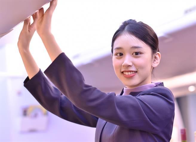 萬能科大航服系推出紙本專屬桌曆,圖為1月女孩楊雅晴。(萬能科大提供)