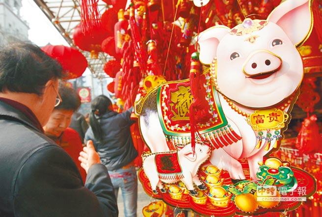 農曆己亥豬年將屆,年味愈來愈濃。圖為豬年迎春飾品。(中新社資料照片)