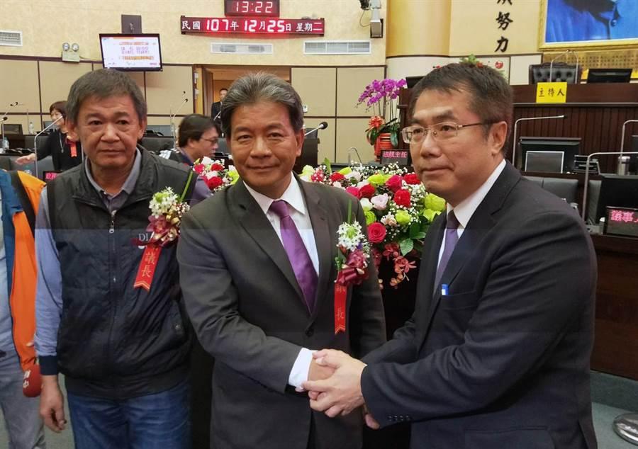 郭信良(中)、林炳利(左)當選台南市正副議長後,新科市長黃偉哲(右)趨前向他們道賀。(洪榮志攝)