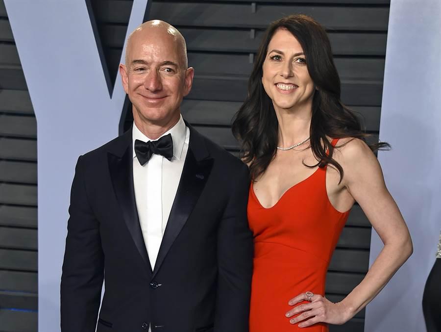 亞馬遜公司執行長貝佐斯與妻子瑪肯西共同發布聲明,兩人決定結束25年婚姻。(資料照片/美聯社)