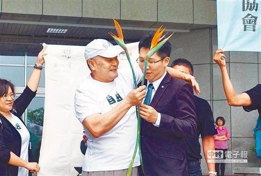 東港漁民林進龍獲判無罪時,開心與律師擁抱。(中時資料照)