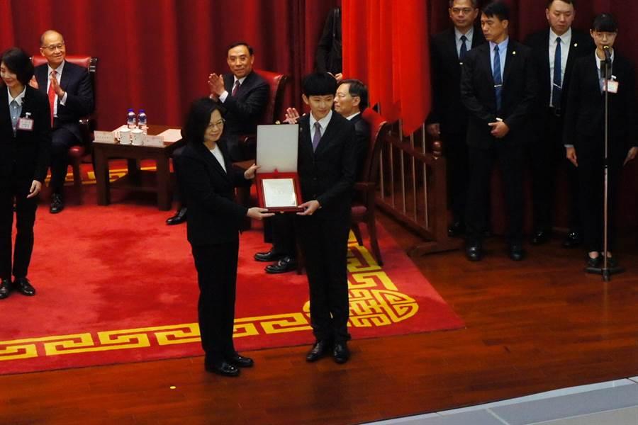 蔡英文總統頒發結業證書,由第一名結業的林星濰代表接受。(張孝義攝)