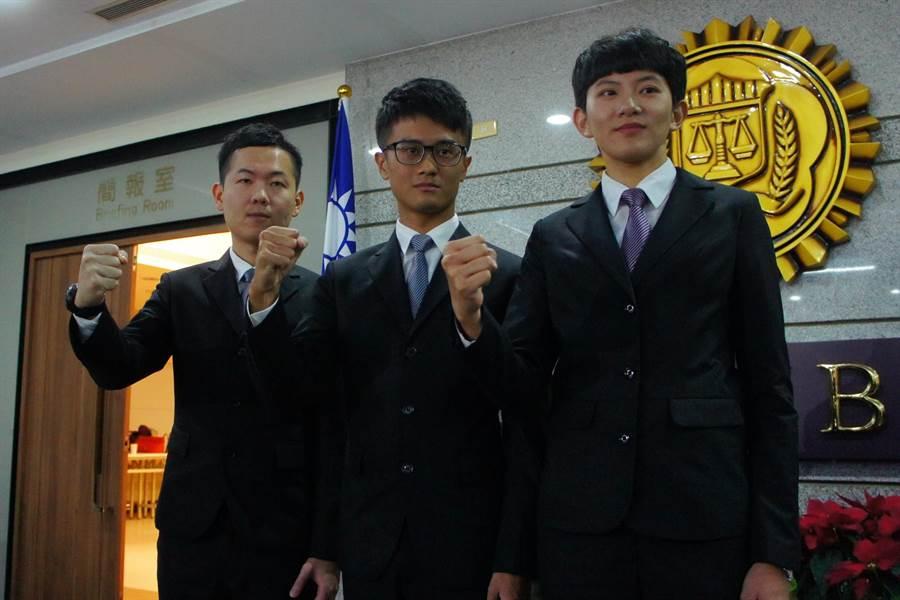 調查官訓練班55期結業前3名,右起:林星濰、楊啓靖、張育嘉。(張孝義攝)