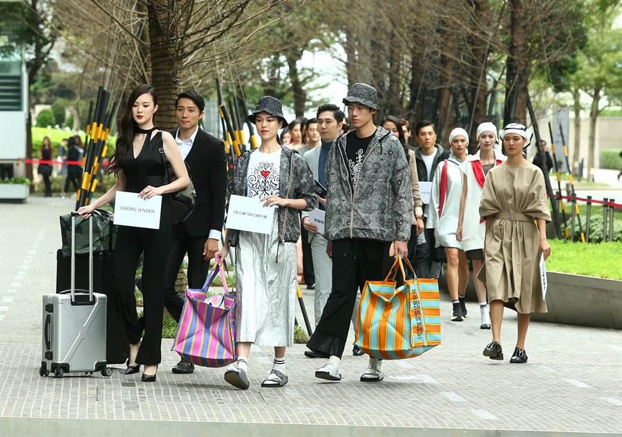 伊林娛樂集合34位模特兒走秀,陣仗大超有氣勢。(粘耿豪攝)