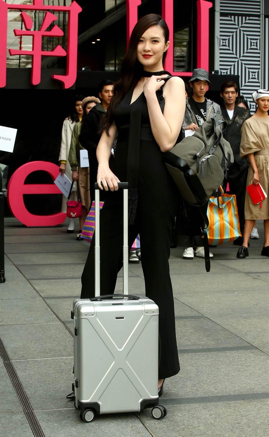伊林娛樂吳品萱演繹GeorgJensen全球首間旅行概念店行李箱。(粘耿豪攝)