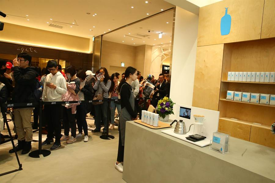BlueBottleCoffee全台首家禮品概念店昨VIPDay單日業績60萬元,今一開門也擠滿人潮。(粘耿豪攝)