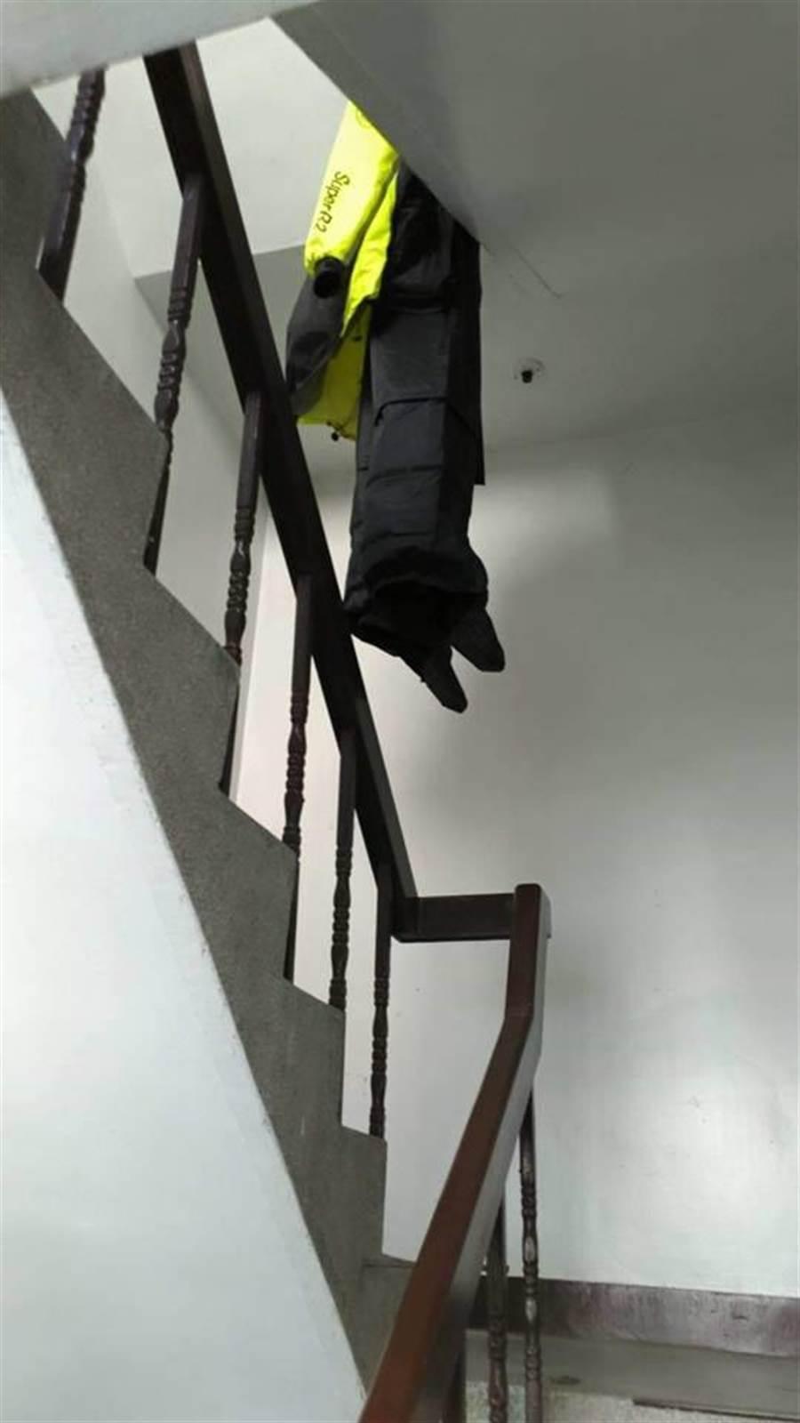 只是有住戶在樓梯間晾曬雨衣(圖/翻攝自《爆廢公社》)