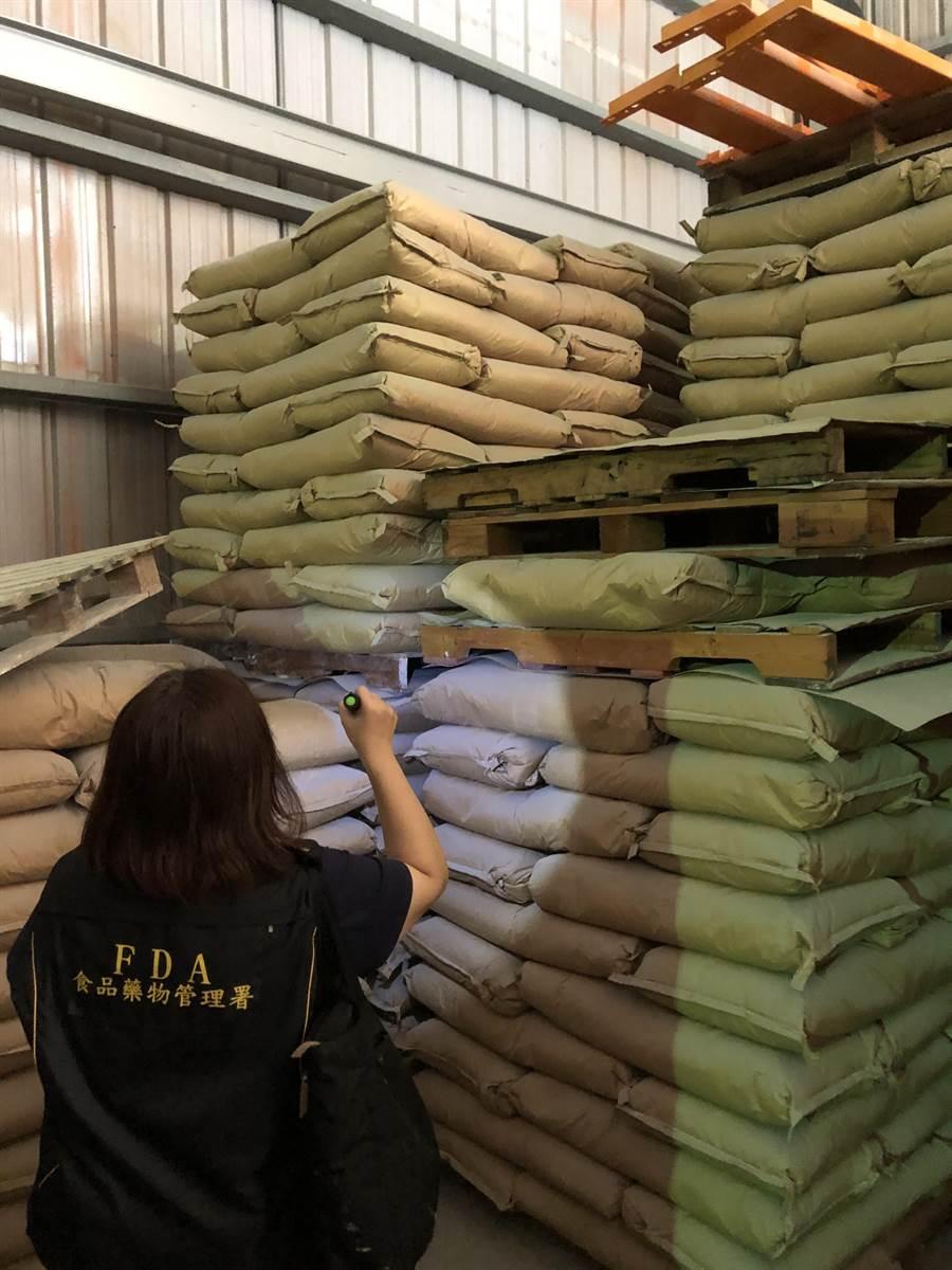 高雄易洲股份有限公司將過期1年半的奶精原料重新製作、混充後販售,共有2513公斤流入市面。(食藥署提供)
