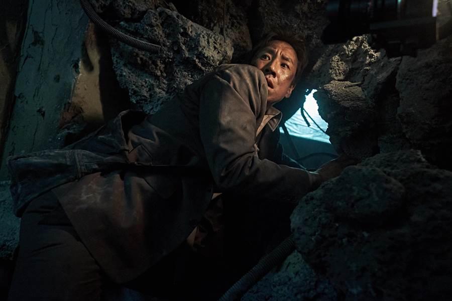 片中李善均飾演身陷戰場的醫師。(華聯國際提供)