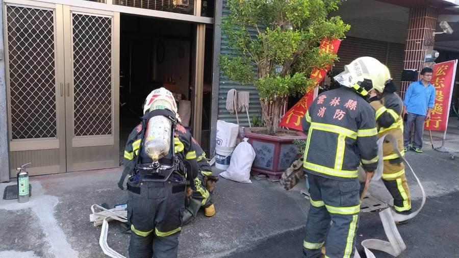 斗南鎮7日發生一起民宅火警,鄰居聽到警報器鈴聲打119,救了煮湯煮到忘記的老婦人。(周麗蘭翻攝)