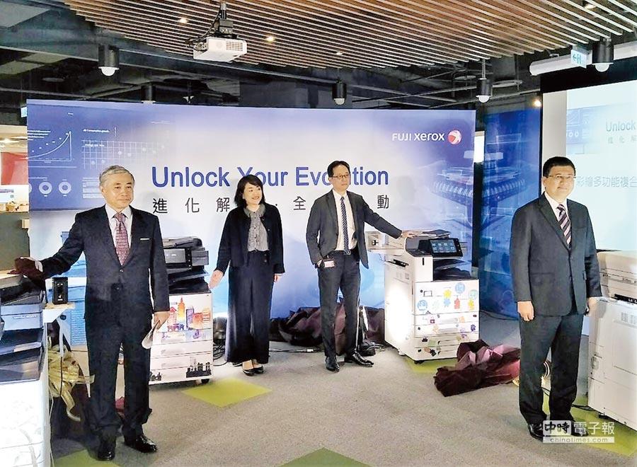 台灣富士全錄董事長勝田明典(左一)與各本部的本部長共同展示發表最新ApeosPort/DocuCentre-VII系列彩色多功能複合機。圖/黃志偉