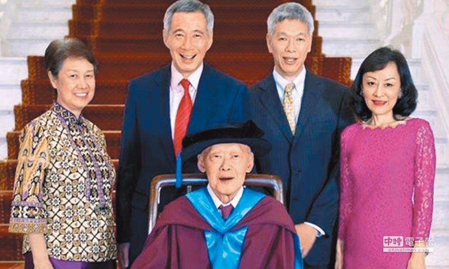 新加坡執政的李氏家族,已故的資政李光耀(中),左為總理李顯龍、何晶夫婦,右為李顯揚和林學芬夫婦。                    (摘自臉書)