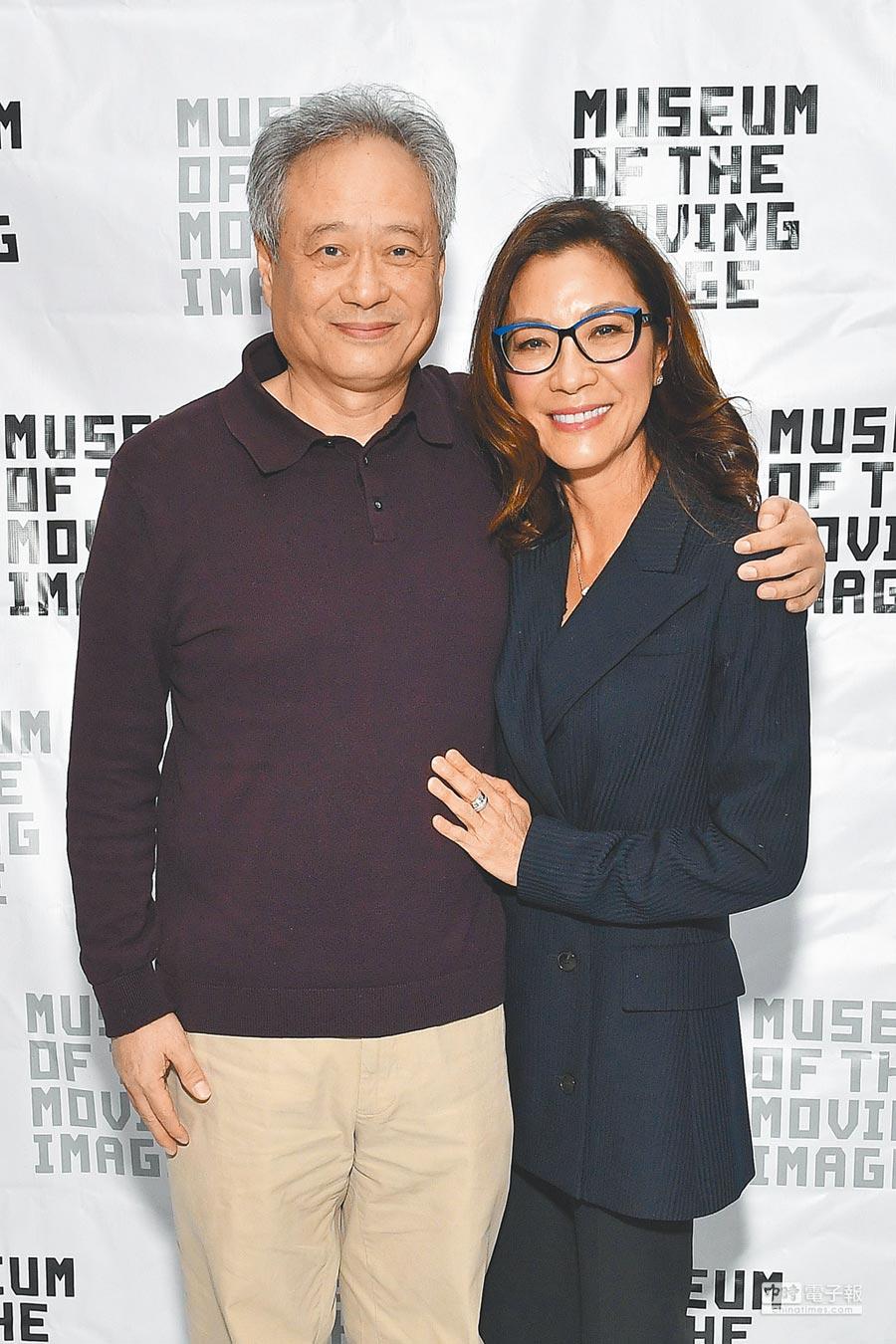 楊紫瓊(右)與李安多年未見,難忘當年拍《臥虎藏龍》的趣事。(法新社)