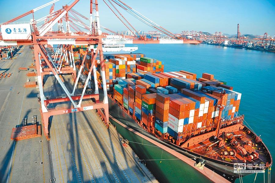 中美貿易摩擦致大陸經濟下行。圖為2018年1月,一艘貨輪停靠山東青島港貨櫃碼頭。(新華社)