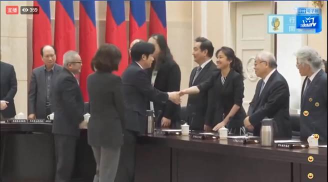 行政院長賴清德今率內閣總辭,與行政院發言人握手致意。(圖/取自中時電子報臉書)