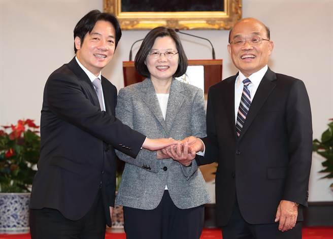 蔡英文總統(中)11日在賴清德(左)宣布總辭後,宣布由蘇貞昌(右)接任新任行政院長,三人在總統府內手牽手一同合照。(鄭任南攝)