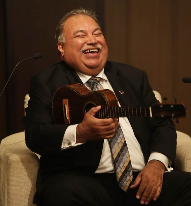 来台访问的诺鲁共和国总统瓦卡(H.E.BaronDivavesiWaqa)11日在记者会中,强调他大力支持台湾参与国际社会,末尾他并且用乌克丽丽自弹自唱一曲「Youaremybestfriend」以表达他坚定支持之意。(季志翔摄)