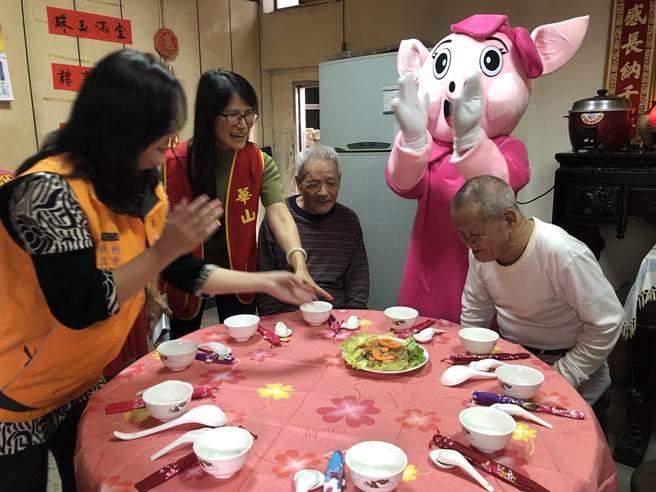 黃爺爺看到澎湃上菜,開心之情溢於言表。(蔡依珍攝)