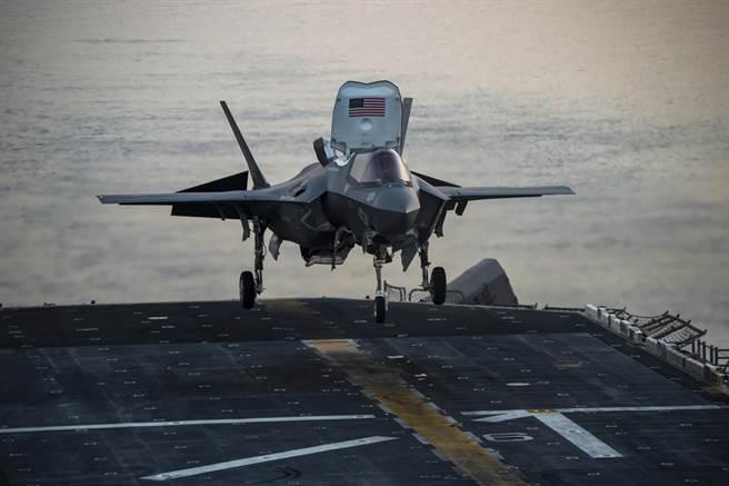 日本專家認為出雲級輕航母配備10架F-35B,就能與中國現役航母24架殲-15戰機抗衡。圖為在兩棲登陸艦上起降的F-35B。(圖/美國海軍)