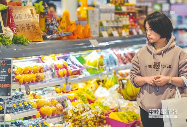 大陸2018年12月CPI、PPI均低於市場預期。圖為一名消費者在超市選購商品。(中新社資料照片)