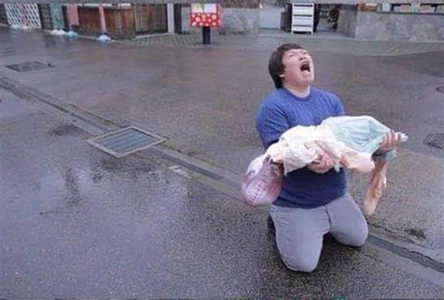充氣娃娃漏氣!男報警求助 警笑:110救不了你女友(示意圖/翻攝自臉書/上班滑手機 翹班吃東西)