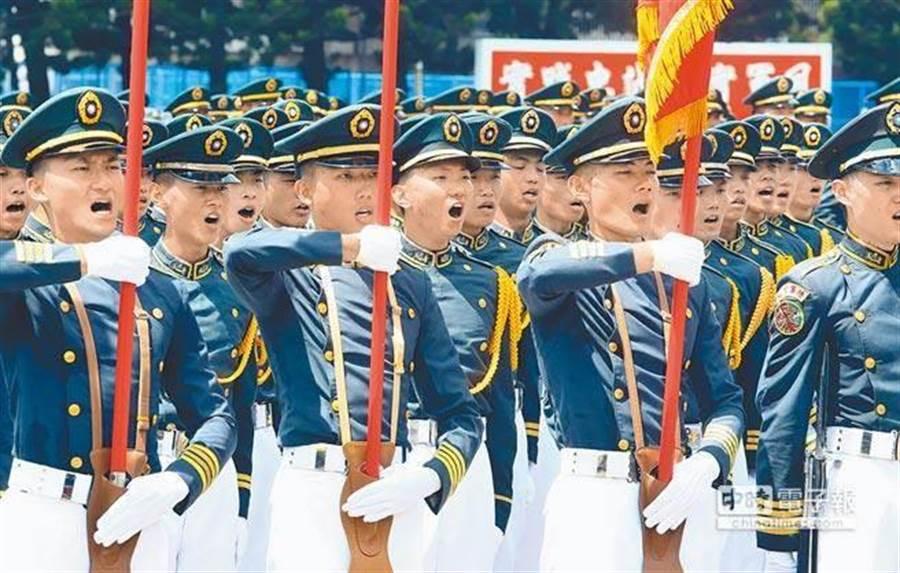2016年,蔡英文總統出席黃埔建軍92周年校慶典禮,陸官同學進行分列式操演,個個精神抖擻。(本報資料照片)