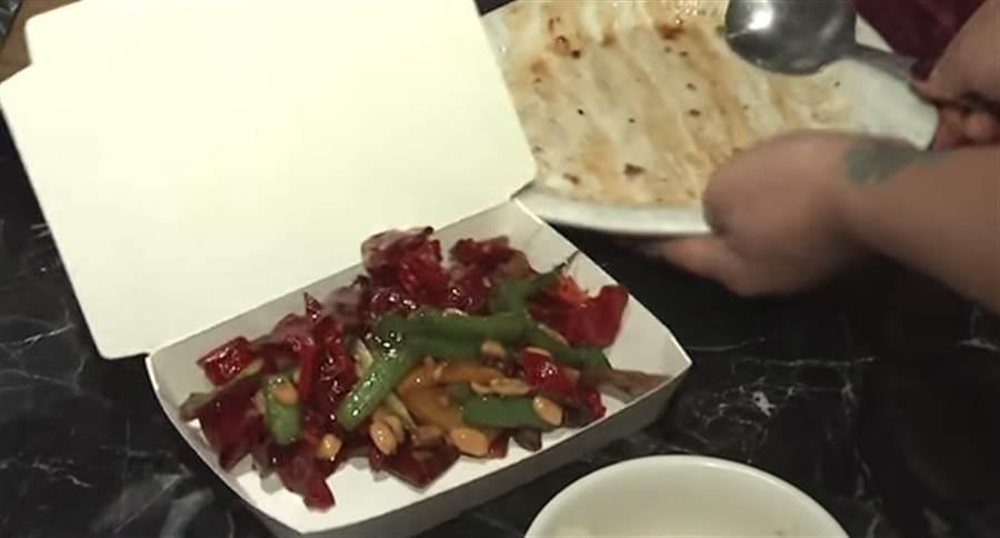 ▲餐廳建議打包剩食,且教民眾回家如何料理。(圖/取自中天新聞CH52)