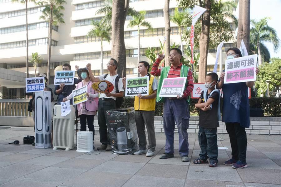 環保團體11日前往高雄市府抗議,批評高雄空氣品質連11天紅色警戒,卻遲遲未見市府出招應對。(林宏聰攝)