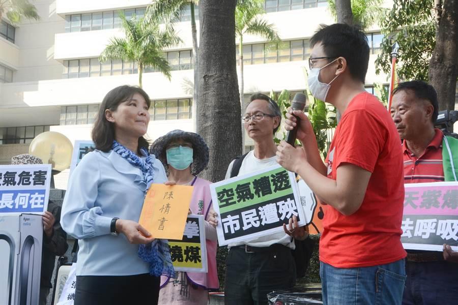 環保團體11日前往高雄市府抗議,呼籲停止展延興達電廠3、4號燃煤機組許可證,環保局副局長張瑞琿(左)代表接下陳情書,強調會從嚴審查。(林宏聰攝)