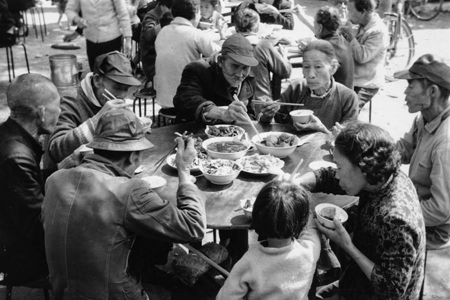 1969年2月9日首次舉辦冬令發放圍爐,法師們看到照顧戶吃得很開心,決定年年舉辦冬令發放圍爐。(圖/慈濟基金會提供)