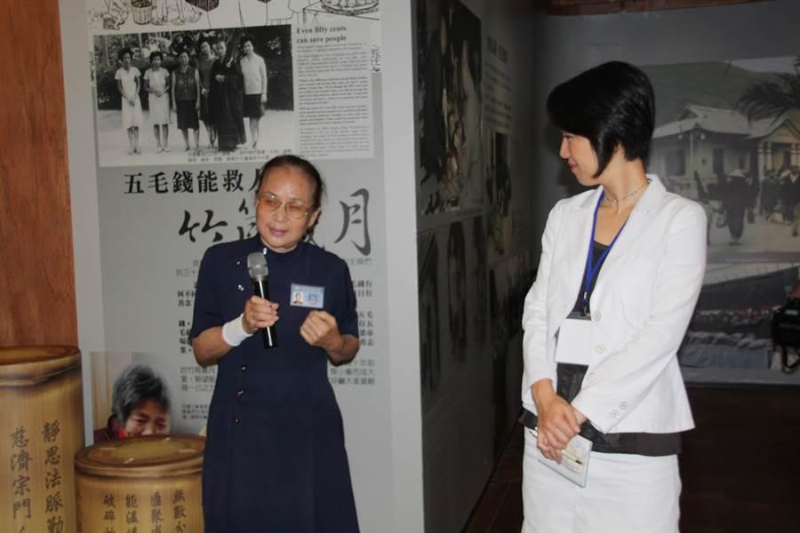 快90歲的慈濟志工蔡秀梅(左)儘管身體有病痛,仍把握機會做志工,圖為用日語向日本佛教團體細說慈濟早期故事。(圖/慈濟基金會提供)
