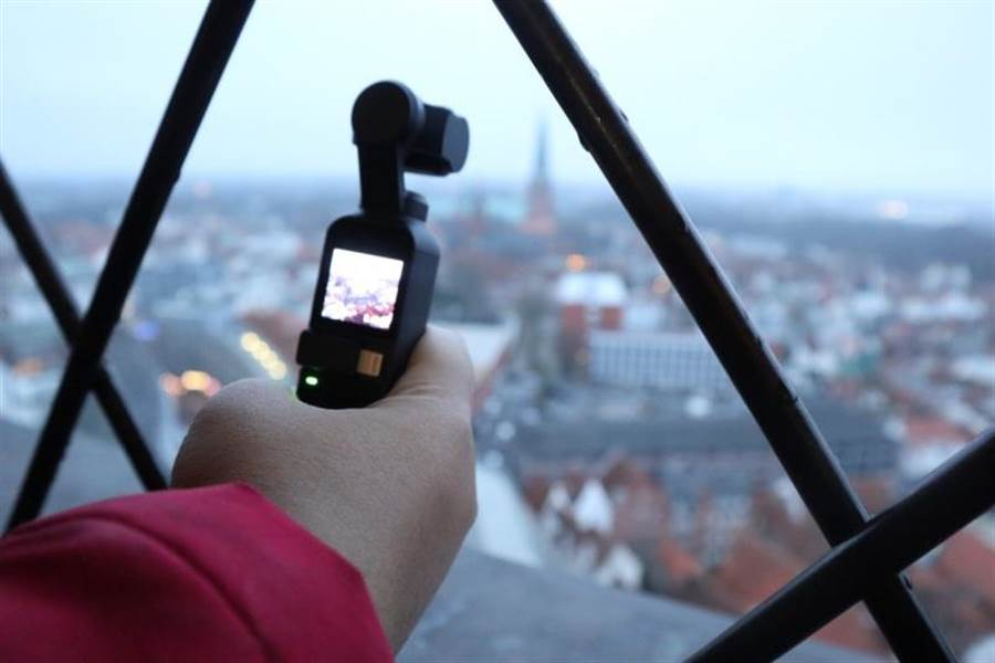 OSMO Pocket小巧的機身可以在環境比較有挑戰的地方輕鬆拍攝。(圖/黃慧雯攝)