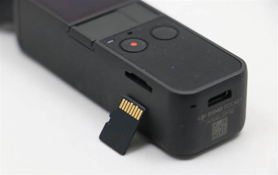 OSMO Pocket搭配microSD卡來儲存所拍攝的照片影片,凡插入到手機,即可快速同步到手機相簿中。(圖/黃慧雯攝)