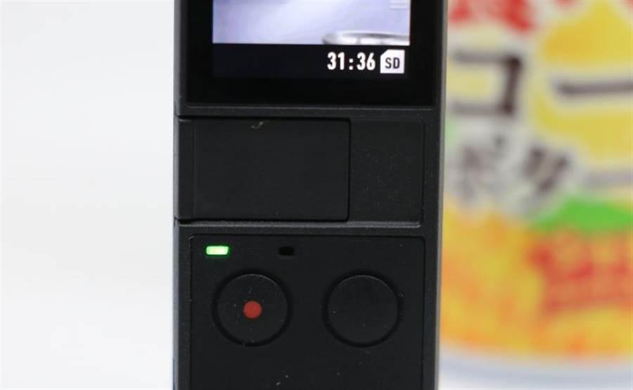OSMO Pocket機身僅有兩顆實體按鍵,學習起來很輕鬆(按鍵頂端有狀態指示燈與收音孔)。(圖/黃慧雯攝)