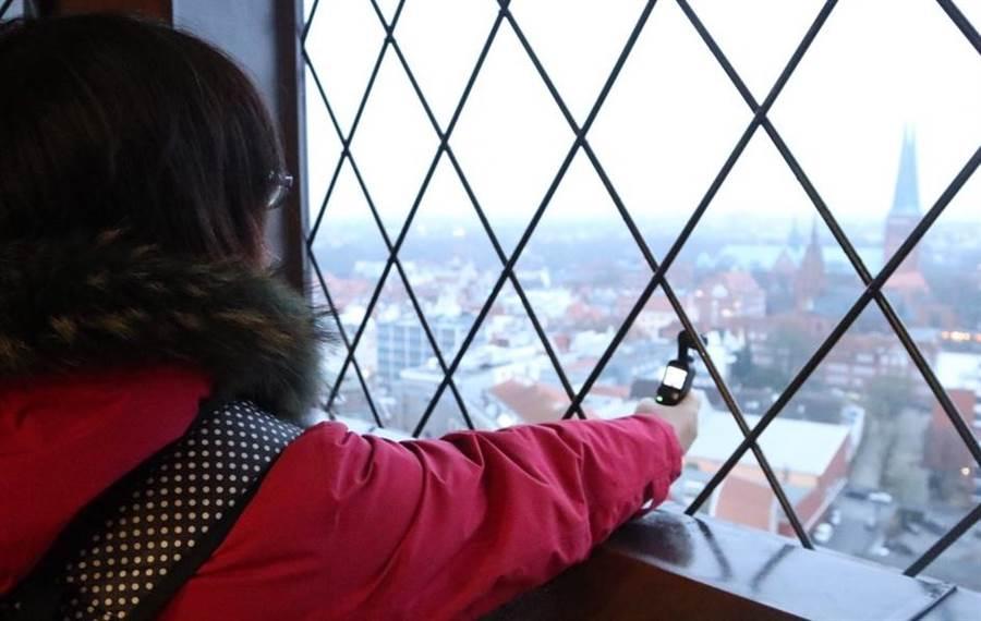 OSMO Pocket體積小,能在教堂鐘樓窗戶外拍攝。(圖/黃慧雯攝)