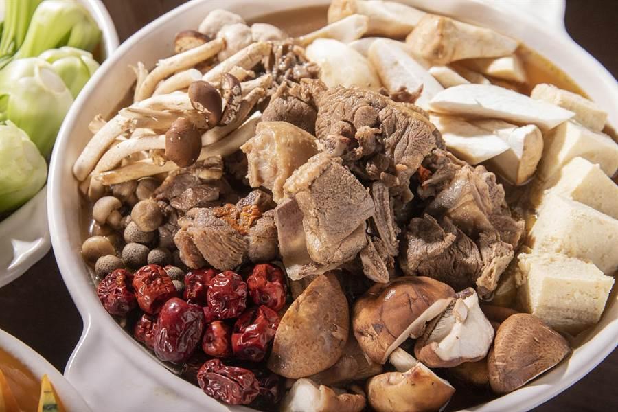 「陳薑紅面老鴨鍋」湯底加入老薑母製作,驅除冬季寒意。(圖片提供/凱達大飯店)