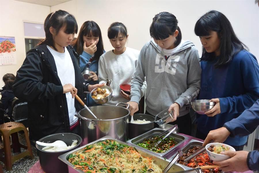 苗商女籃連6年挺進HBL甲組前8強,日前在宿舍辦感恩餐會,答謝地方人士奧援與學校師長支持。(巫靜婷攝)