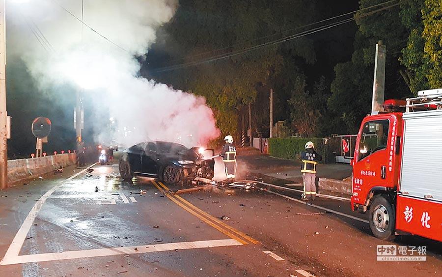 施男駕駛的黑色BMW轎車逆向衝撞白色轎車後,一直冒出白煙。(鐘武達翻攝)