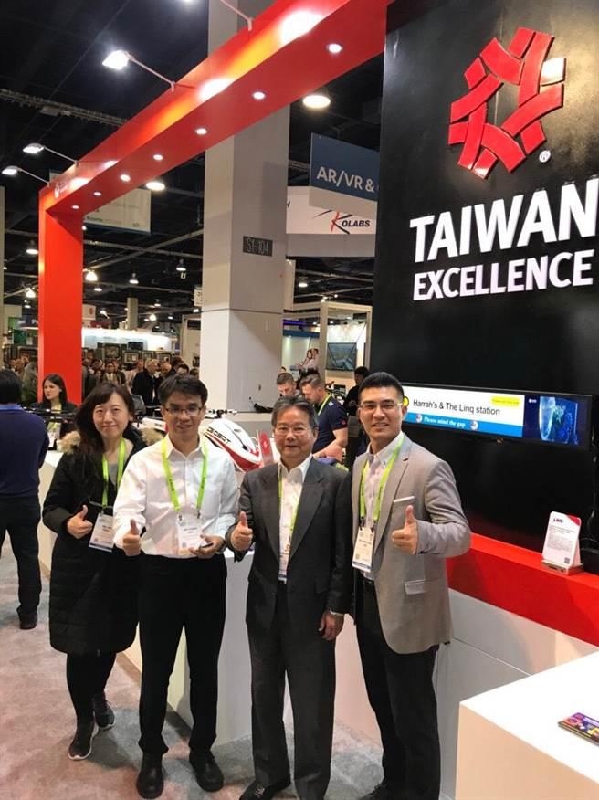 中科管理局長陳銘煌(右二)參訪經緯航太科技公司CES展攤位。(圖/中科提供)