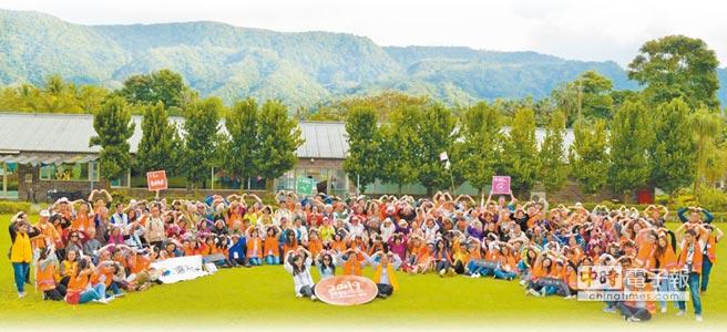 台灣大哥大基金會連續12年舉辦花蓮老人圍爐活動,為獨居長者帶來陪伴及溫暖。(台灣大提供)
